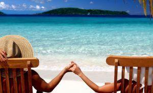 zomer-hd-achtergrond-met-twee-mensen-hand-in-hand-zittend-op-het-strand-hd-wallpaper